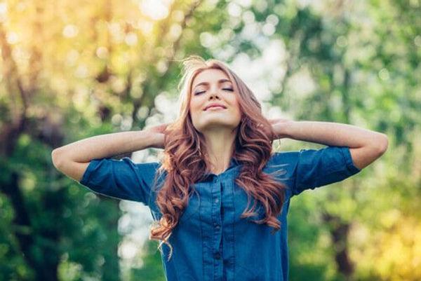 Mulher-feliz-desfrutando-do-ar-livre.jpg