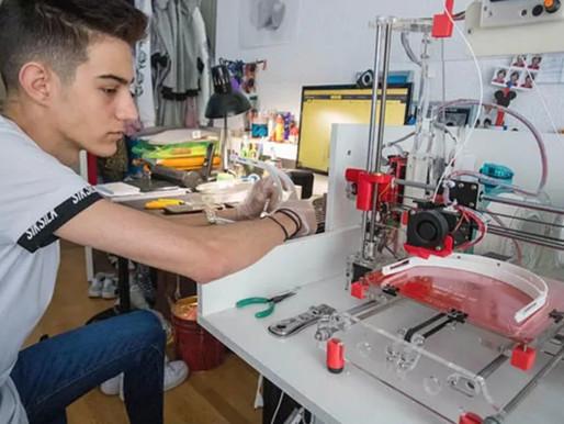 Una comunidad virtual fabrica viseras con impresoras 3D para sanitarios y policías