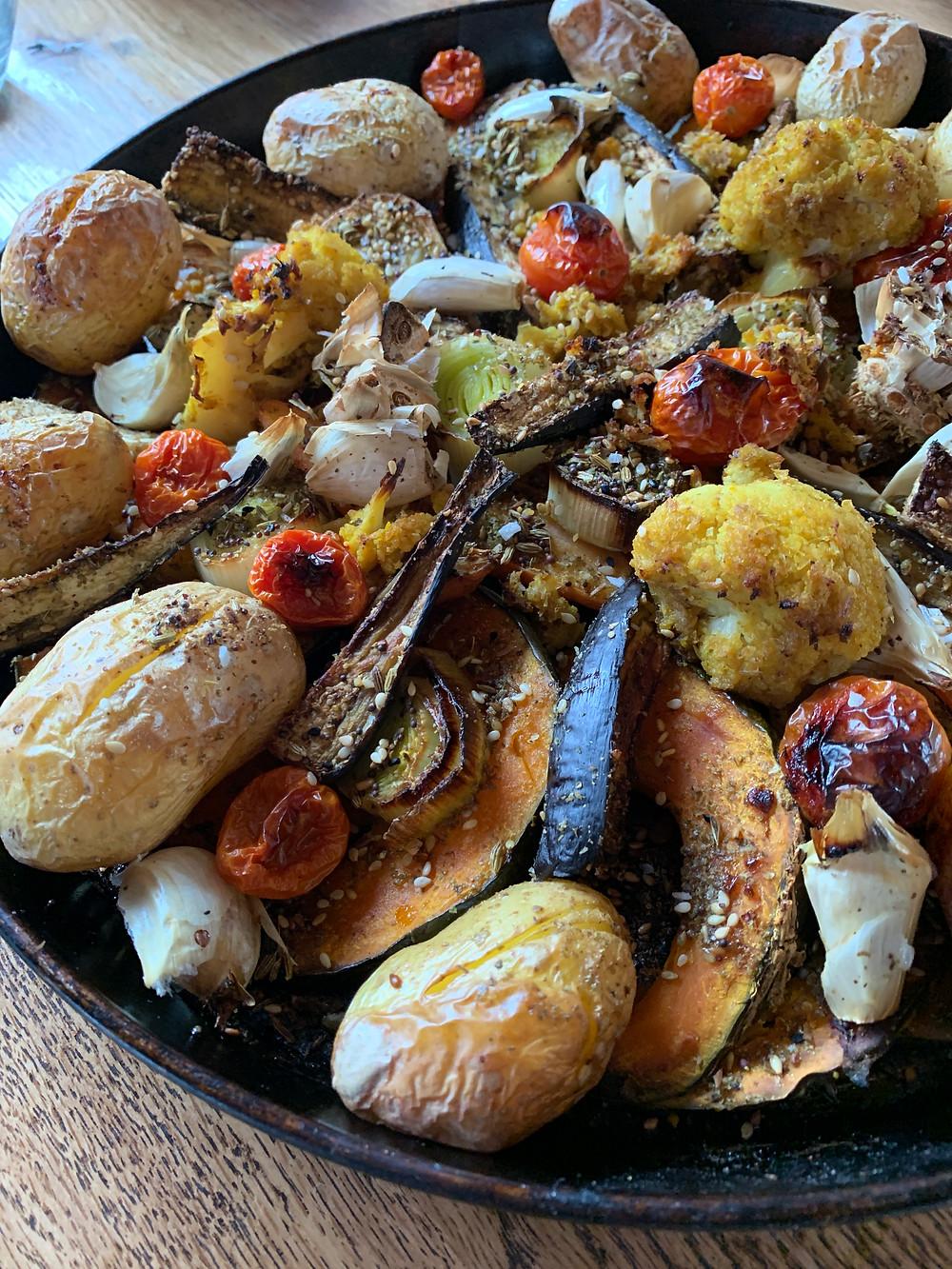 gebackenes Gemüse, verschiedene Gemüse, Kartoffeln, Kürbis, Hokkaido, Zwiebeln, Knoblauch, Blumenkohl