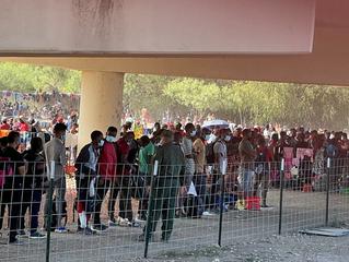 Plus de 10 000 migrants, dont des Haïtiens, campent à la frontière sud des États-Unis