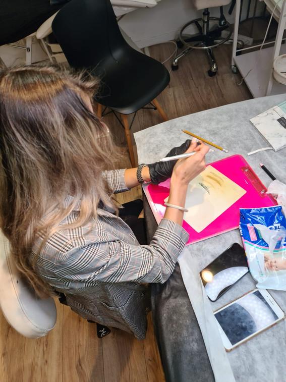 סטודנטית מתאמנת בהלחמת ריסים