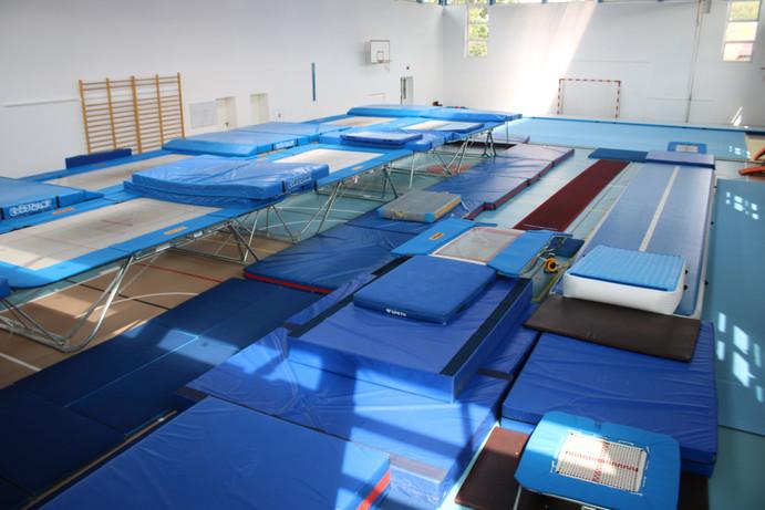 Sala akrobatyczna z trampolinami