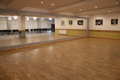 Sala taneczna z lustrami