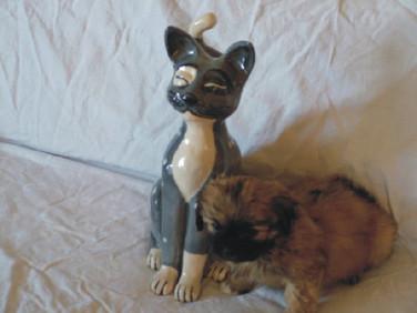 Cicaszobor (a kutyus igazi :-) )