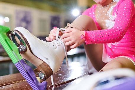 スケート靴を履く女の子