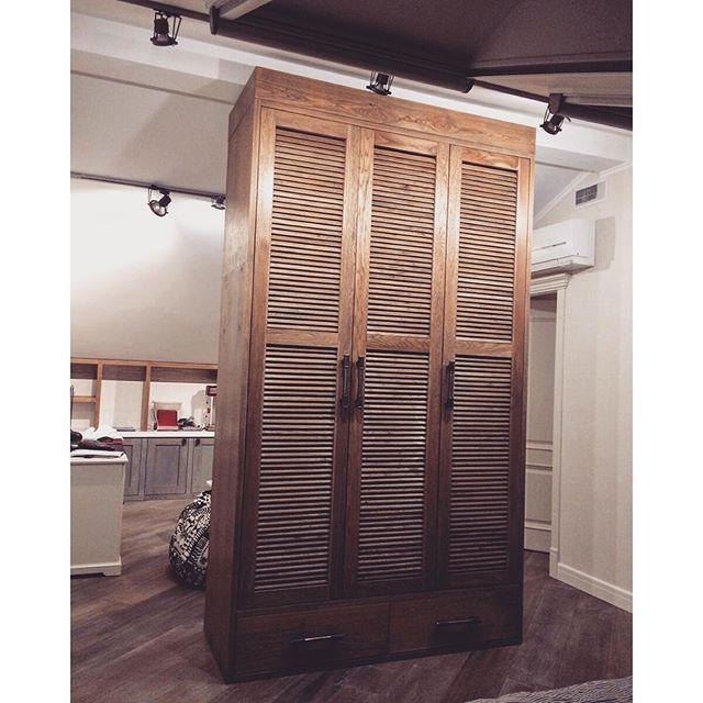 Шкаф-гардероб в комнату юного серфера. Массив дуба. Жалюзийные дверки 2,4 метра