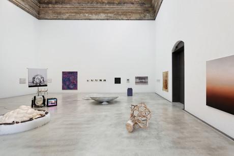 """Ausstellungsansicht """"Existenz Kapitel 2: Spuren"""", Oktogon. Kunsthalle der HfBK Dresden, 2020/21"""