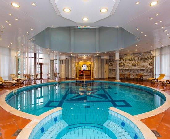 indoor-swimming-pool--v8678550.jpg