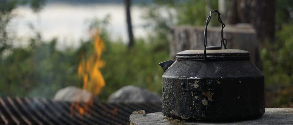 Koka kaffe över öppen eld