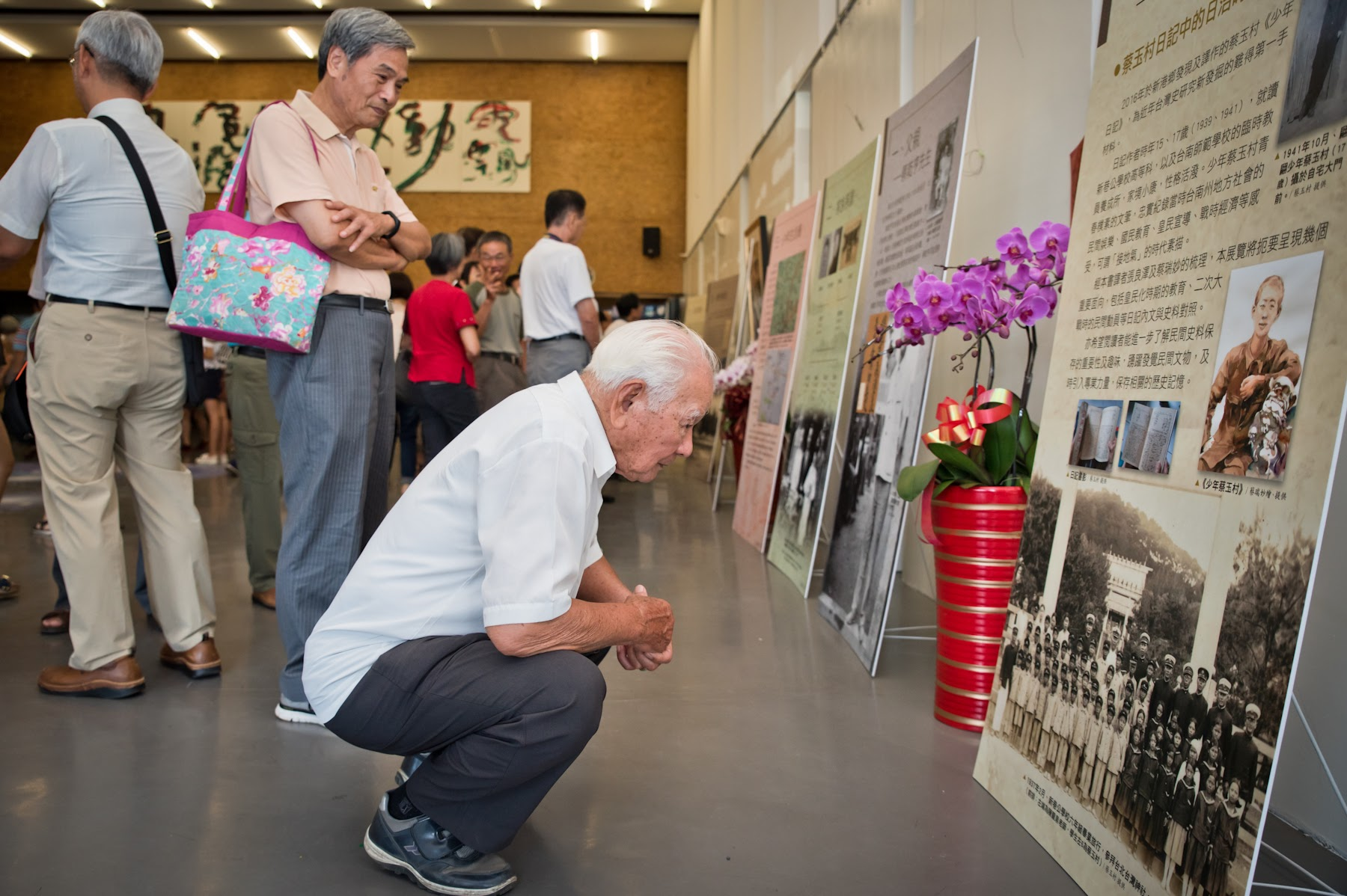 來賓聚精會神觀看老照片。