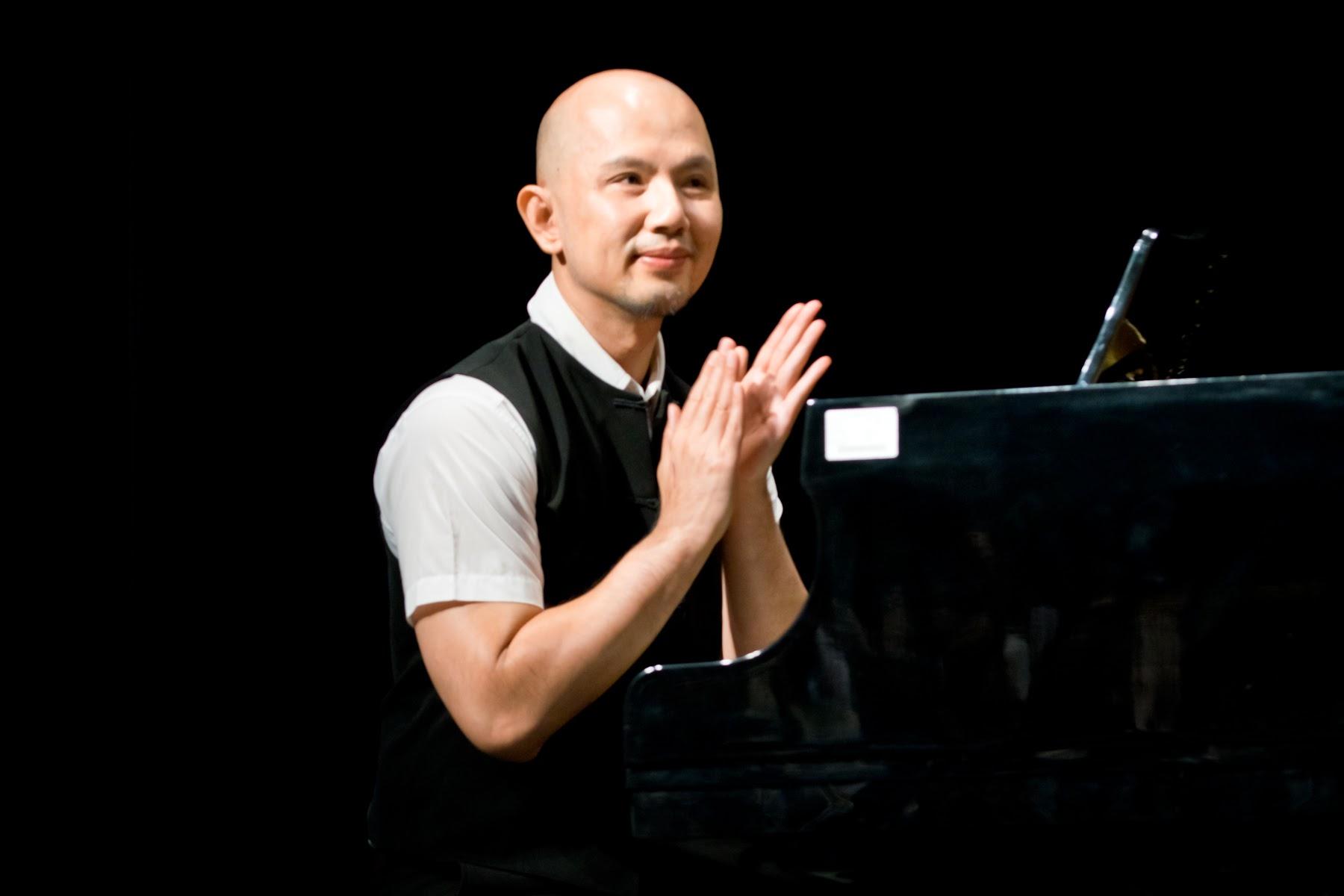 鋼琴家許聖威博士擔任蔡玉村先生家族合唱的伴奏,並演奏生日快樂變奏曲。