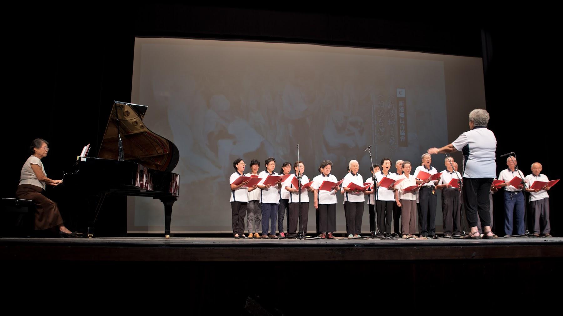 新港鄉長青協會齊唱新港鄉之歌與咱的台灣。