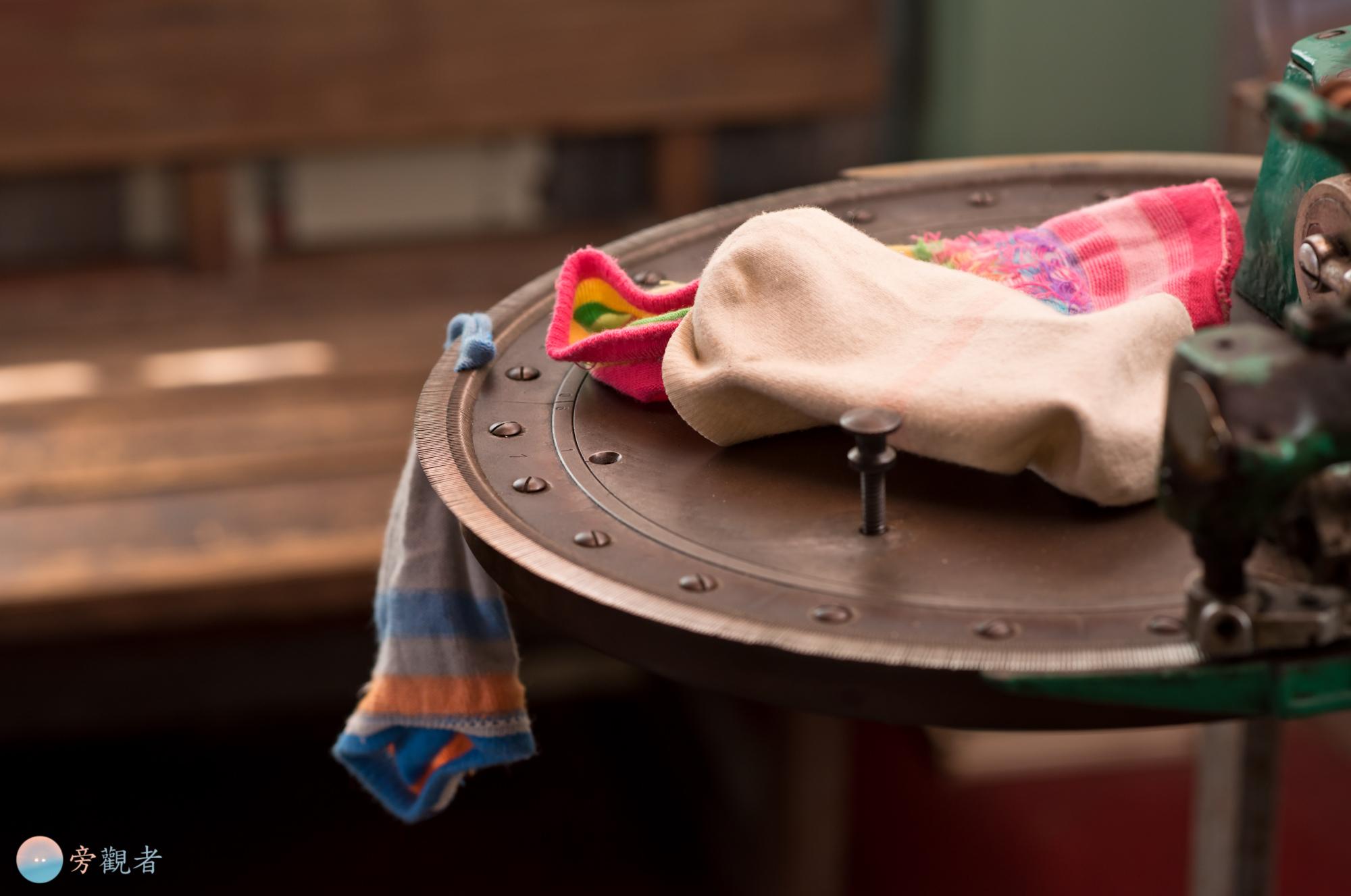 日治時期的老建築「同仁社」在織襪重鎮社頭鄉被作為織襪文物館之用,展示了不同年代的織襪機器。這一台由細針頭圓盤構成的機器為手工縫合襪子使用。彰化社頭。2018/4/11