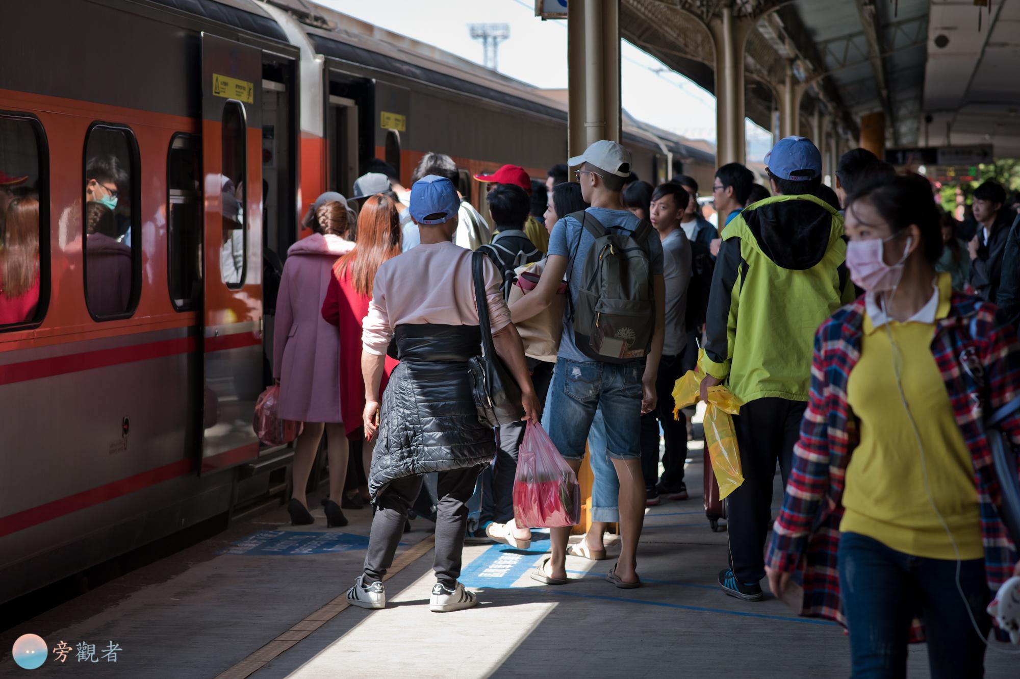 親民節連續假期最後一天的台鐵彰化火車站月台。彰化市。2018/4/8
