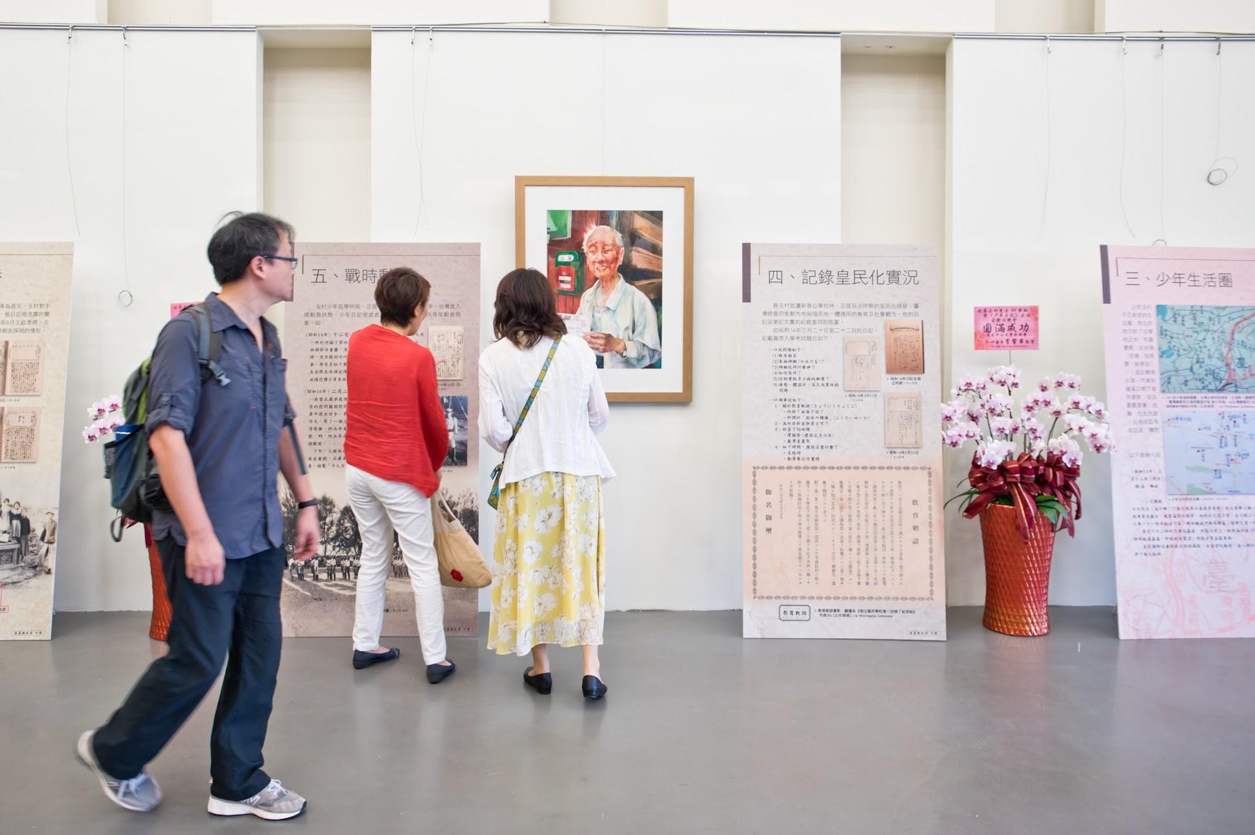 活動現場的圖文展示區,牆上的畫作「 樂活」是瑞妙畫的玉村先生。