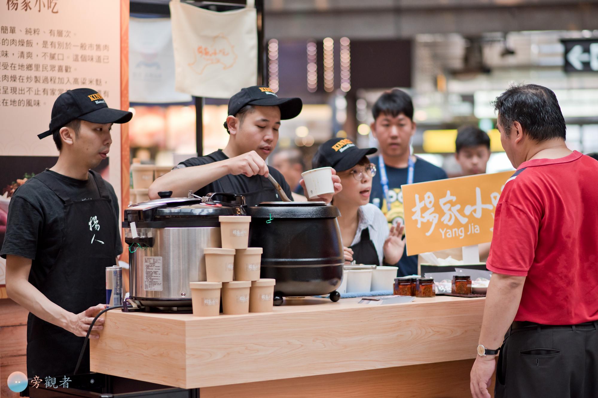 店員為顧客準備魯肉飯