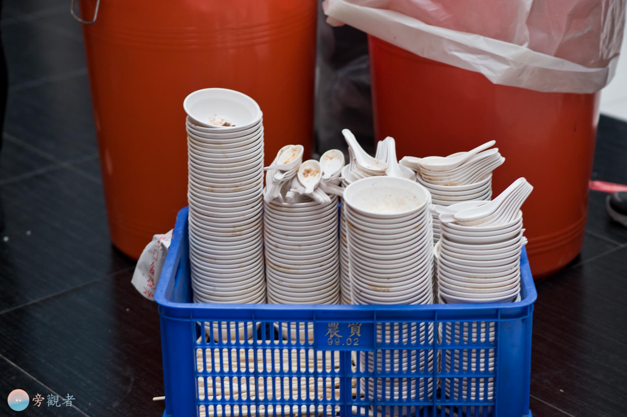 餐具回收處。部分攤位以重複使用的餐具提供魯肉飯餐點