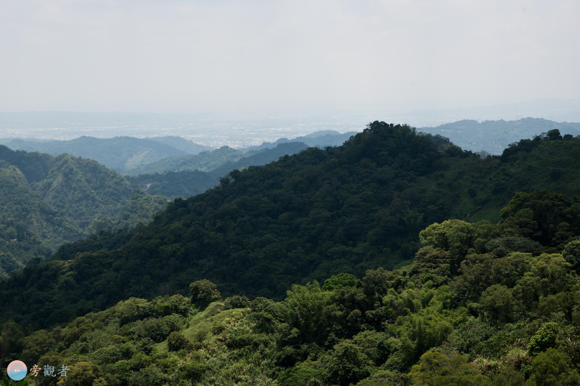 在熱門的單車爬坡景點「136縣道赤崁頂」瞭望山群與煙霧壟罩的都市。台中太平