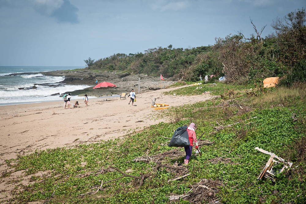 一個人在墾丁國家公園的觀光景點-船帆石沙灘撿垃圾。屏東恆春。2017/8/3 09:03。
