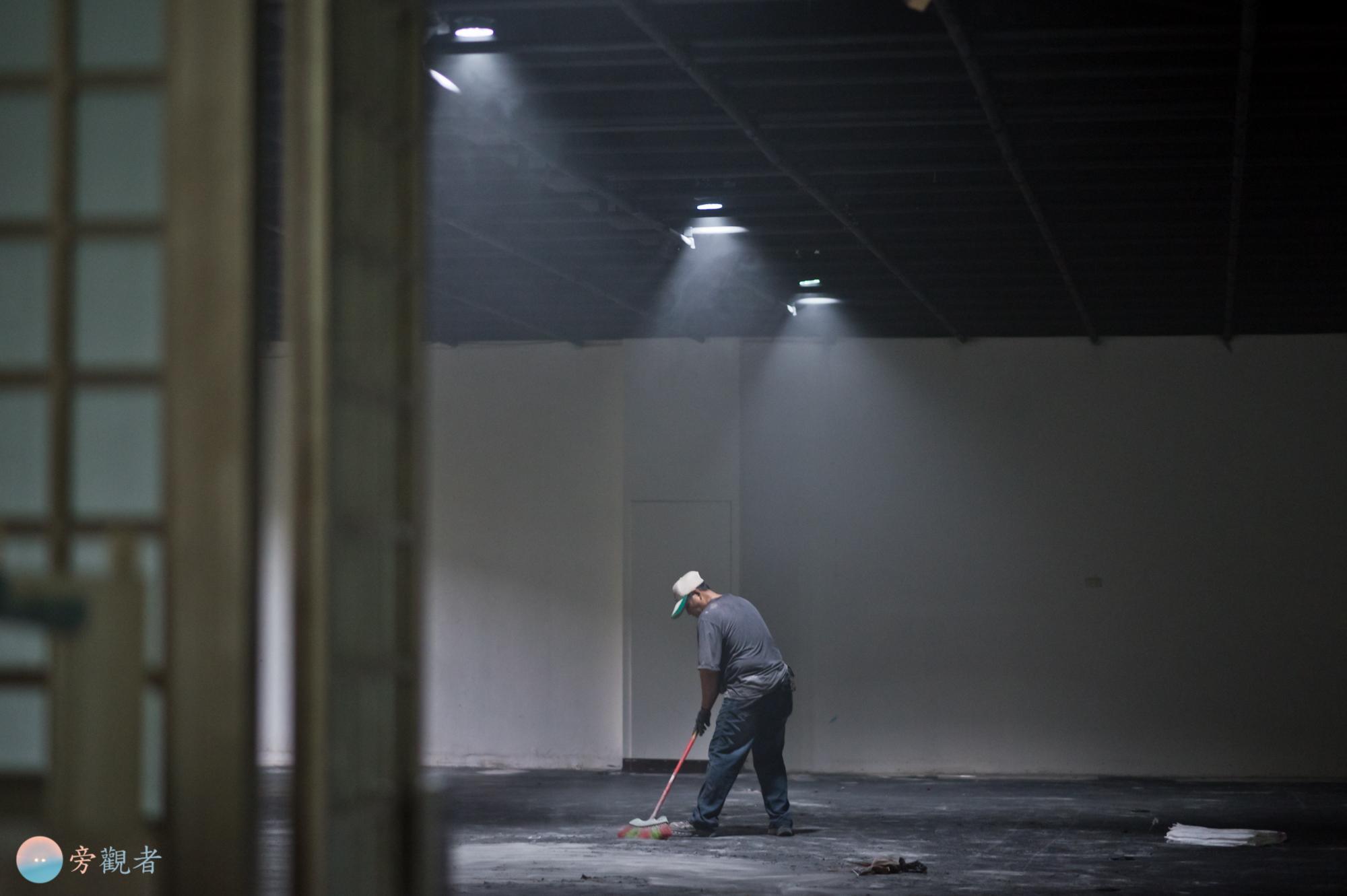 在暨南大學人文藝廊進行空間裝修作業的工人。南投埔里桃米