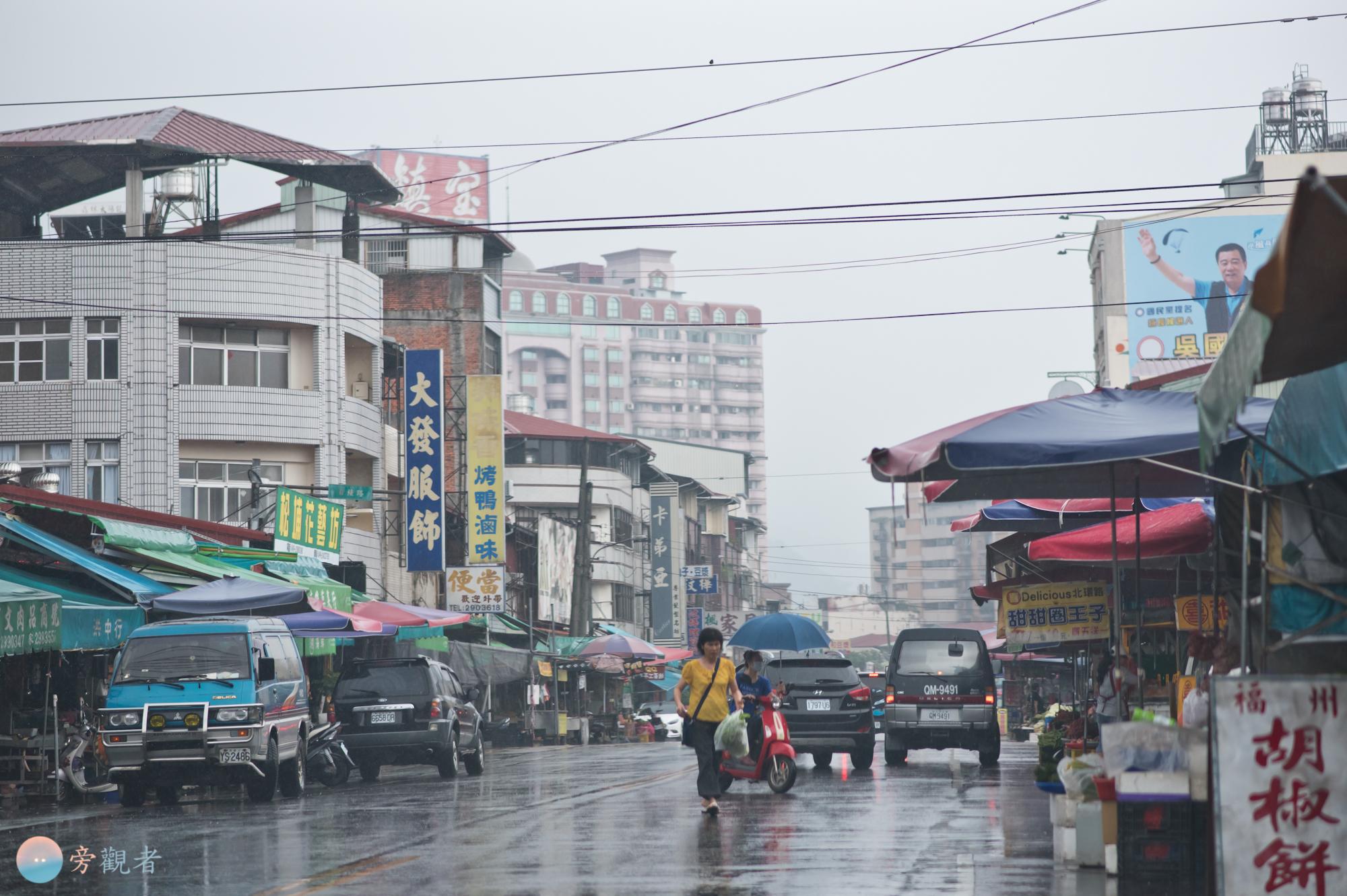 埔里北環路市場的雨天街景。南投埔里北門