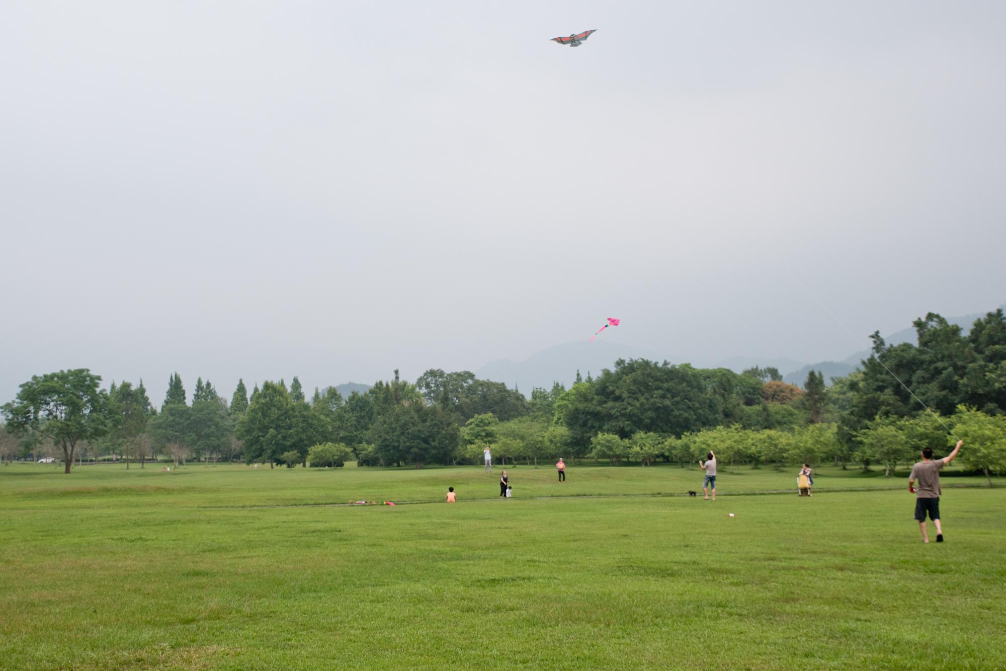 位於台灣中部山區的暨南大學以壯麗的山景最為著名。然而近期台灣全島多數區域因空氣品質不佳,天空時常呈現灰濛濛的模樣,遠方的景色一片蒼白。南投埔里。2018/4/29