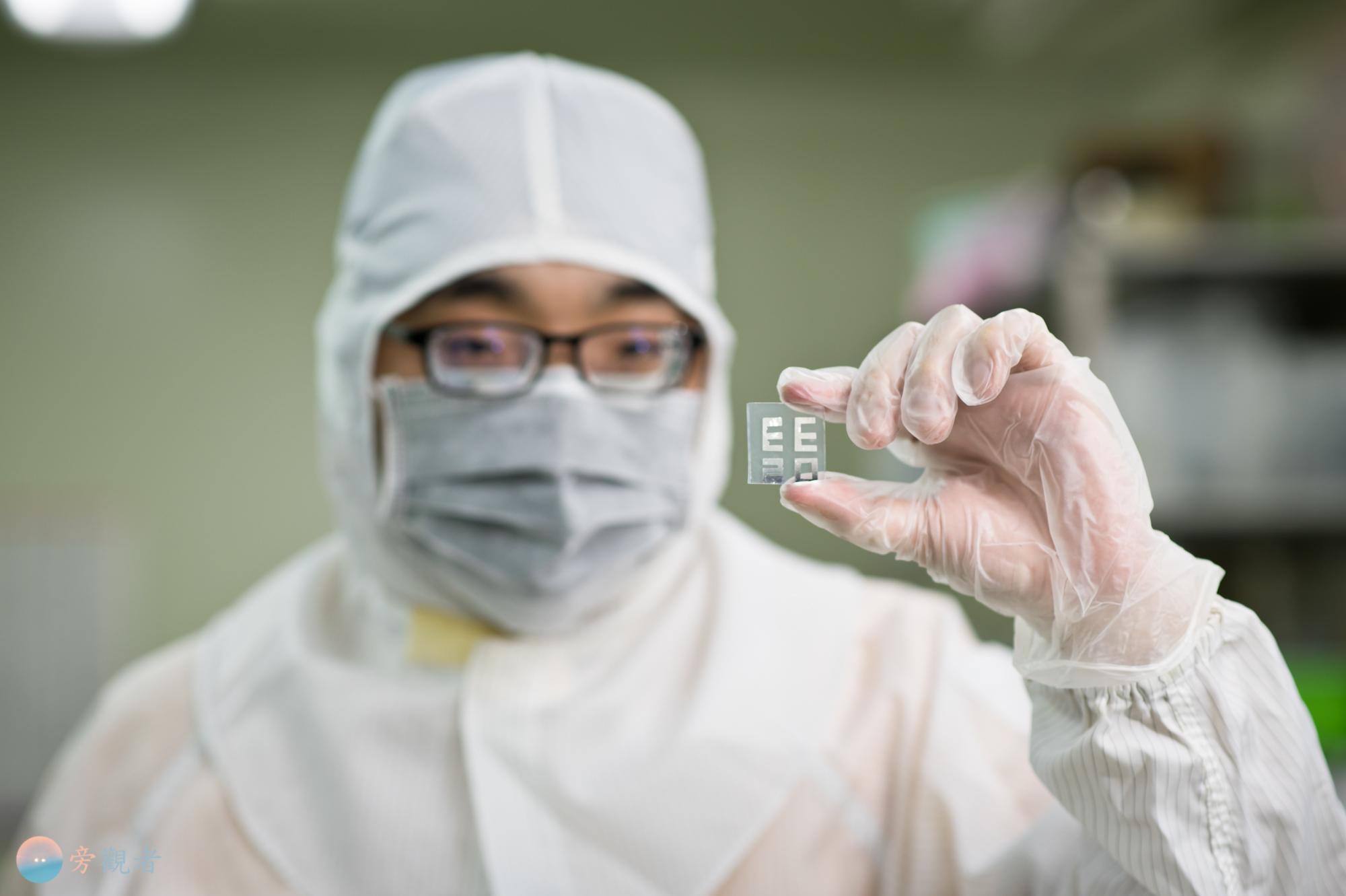 """暨南大學電機工程學系半導體實驗室的學生運用蒸鍍技術讓鋁金屬附著於玻璃表面,呈現出""""EE20""""以表示電機工程學系成立20週年。南投埔里南村"""