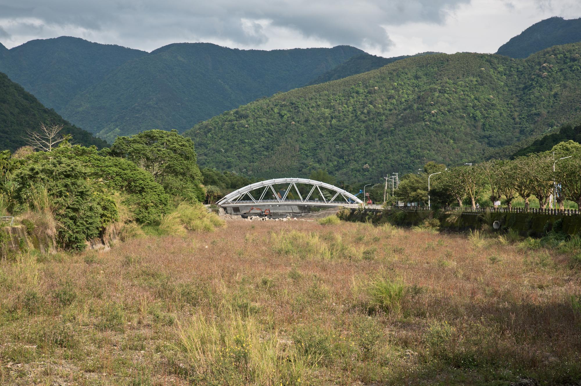 觀光景點鯉魚潭附近的乾溪流域上正在興建的一座橋。橋的上游仍有細微水流,下游的河床呈現一片乾涸。南投埔里。2018/4/17