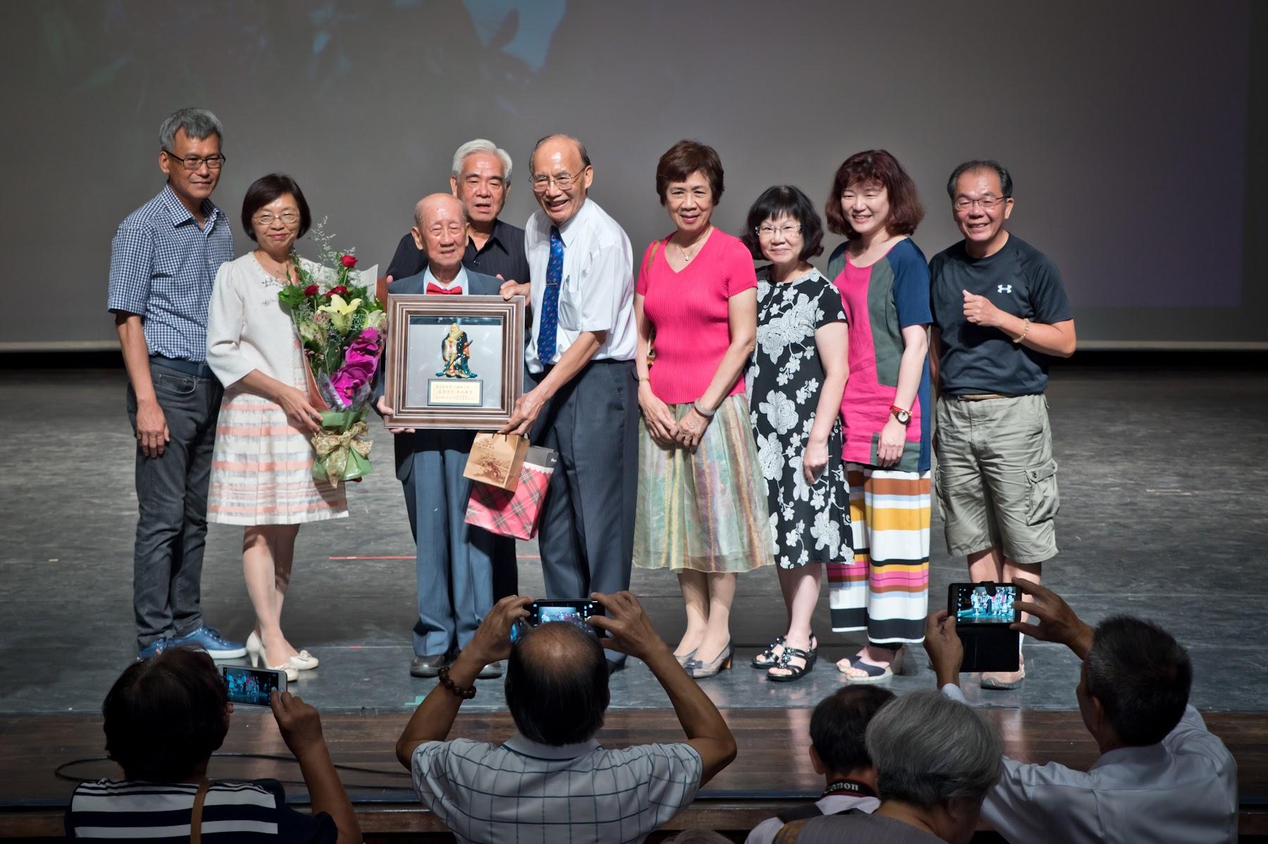 新港讀書會與林芳瑾文教基金會致贈禮物並合照。