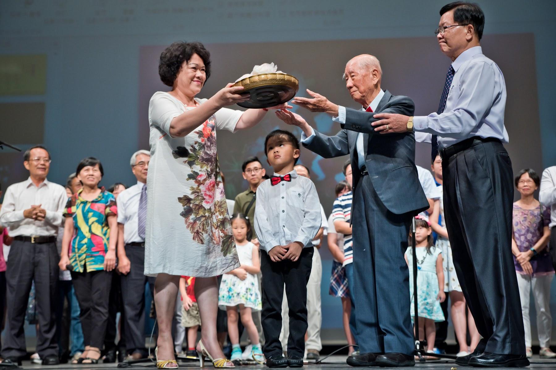 蔡玉村先生的家族合唱偶然與生日快樂歌,長子蔡瑞生獻壽桃慶祝父親94華誕。