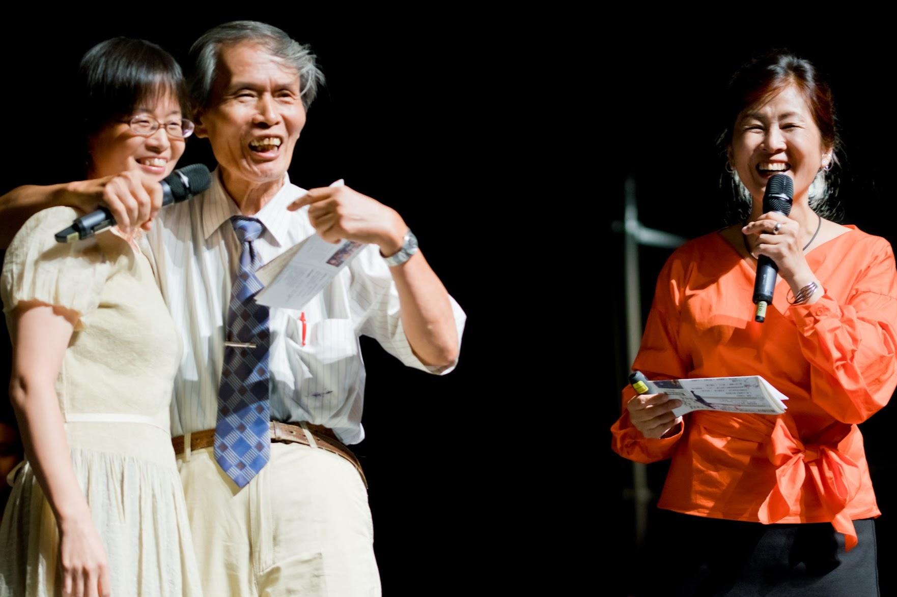「有像嗎?她是我的女兒!」主持人張良澤教授,快樂地向觀衆介紹長笛演奏者浦