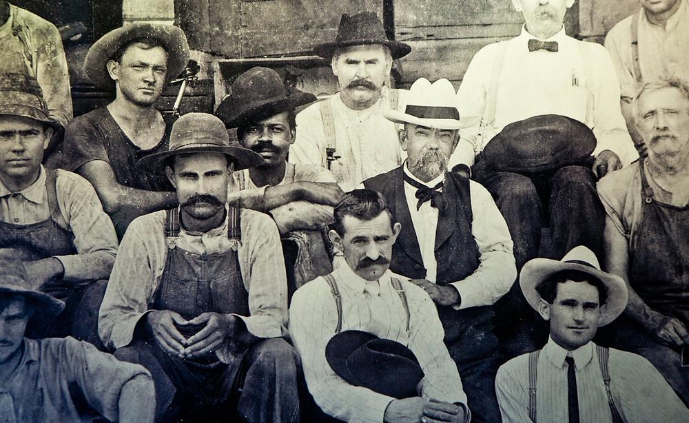Jack Daniel est l'homme au chapeau blanc et grosse moustache au centre de la photo, alors que le fils de Nearest Green est l'homme noir assis à ses côtés.