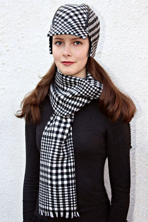 schwarz-weiß karierter Schal