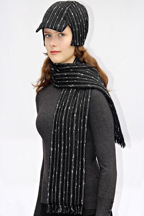 schwarz-weiß gestreifter Schal