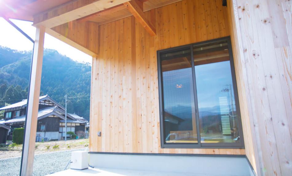 直径30cmの桧の柱が印象的な、無垢材をふんだんに使った家