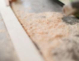 夢源建築の自社製材所。無垢材やオーダーメイド家具の製作