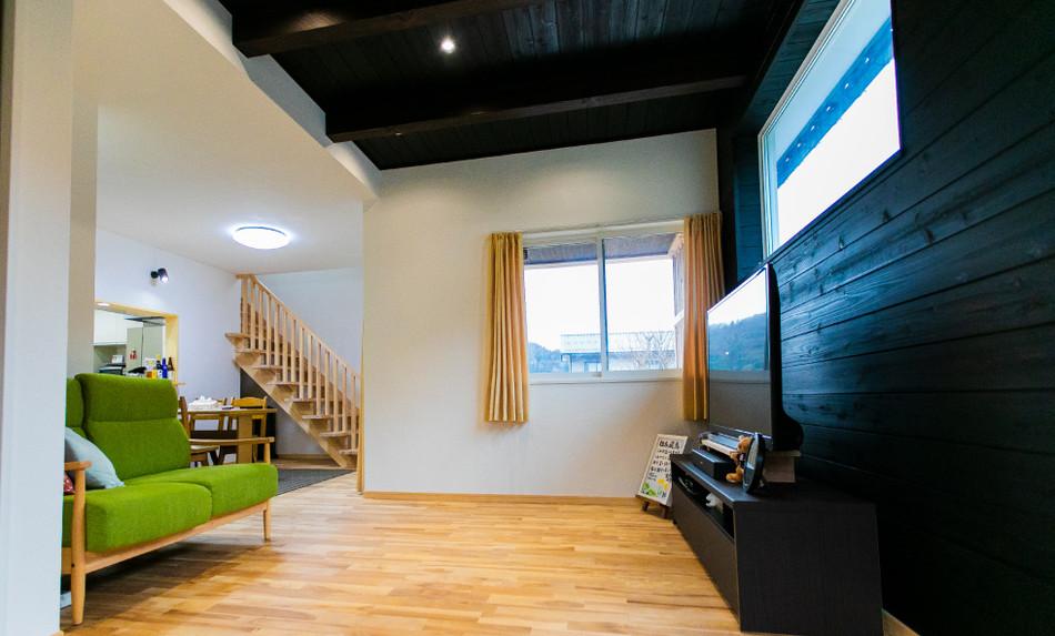 無垢材のフローリングと漆喰の内壁が特徴的な家