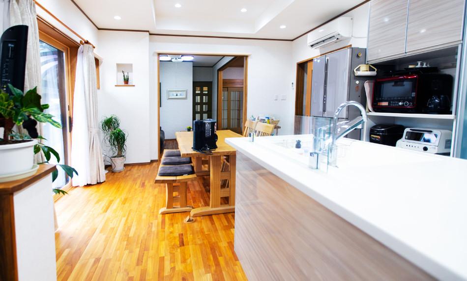 自由な空間設計で開放的。動きやすさを実現するアイランドキッチンのリフォーム