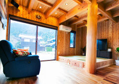 自然素材の無垢材で、木の香が溢れる家