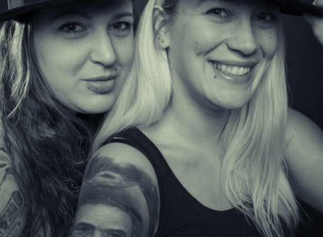 Zwei Mädels Sandra und Vicki im Studio