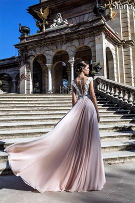 Lekkie, bardzo efektowne i zjawiskowe suknie ślubne w naszym salonie VALDI#bride#Kraków