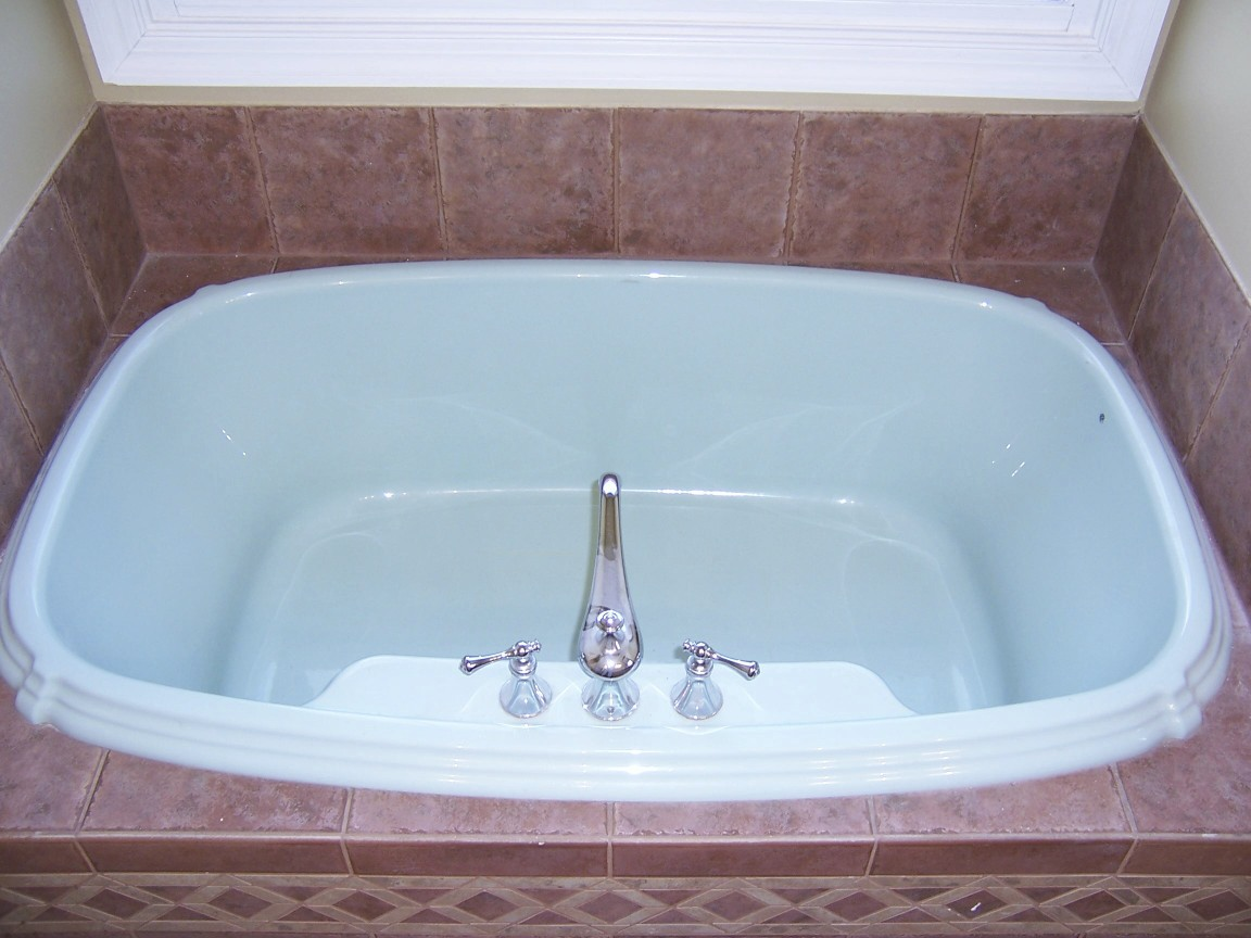 90s tub in a home for sale