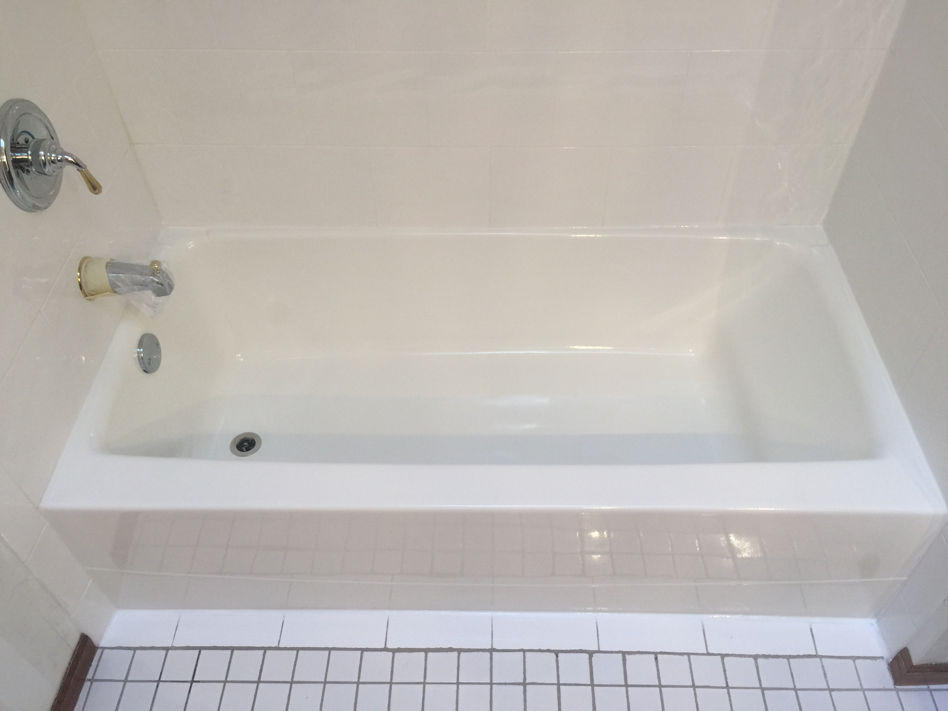 Acrylic tub refinished in white