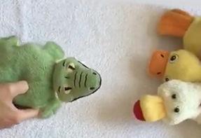 Kinder erzählen Geschichten mit dem entzückenden CrocoDuck, von VariPets