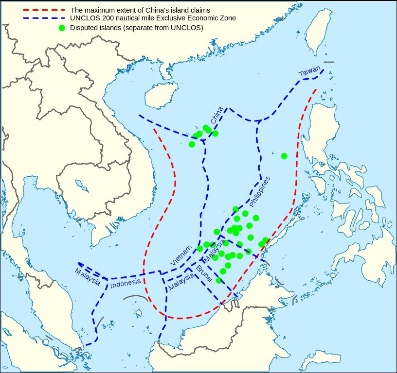 Mappa del Mar Cinese Meridionale. In rosso le rivendicazioni cinesi. In blu i confini delle varie Zone Economiche Esclusive [Crediti foto:Wikimedia Commons/CC BY-SA 4.0]