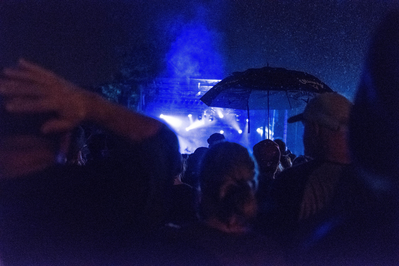 Les Cowboys sous la pluie (QC)