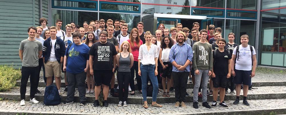 Gruppenbild der Teilnehmenden des Entscheidungskompetenztrainings in Kulmbach 2017, dreitägiger Workshop zum Thema Studien- und Berufswahl mit zwei elften Klassen der Adalbert-Raps-Schule in Kulmbach