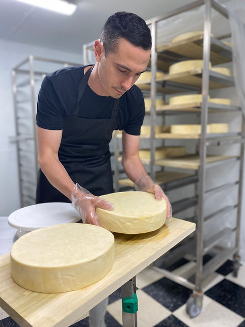 Raclette cheese aging