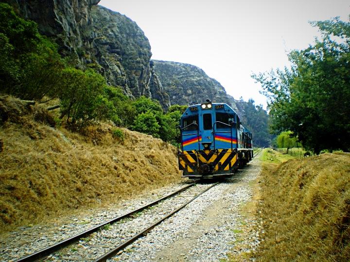 carrilera y tren en las rocas