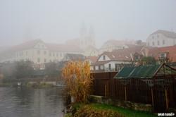 Město v mlze.